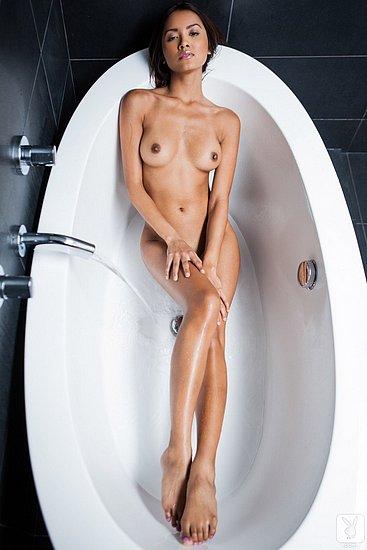 girls_in_bathtubs_29.jpg