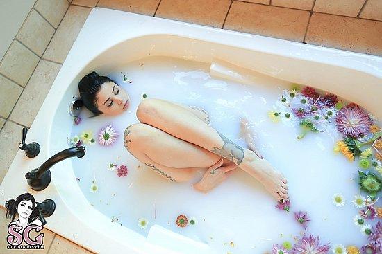 girls_in_bathtubs_39.jpg
