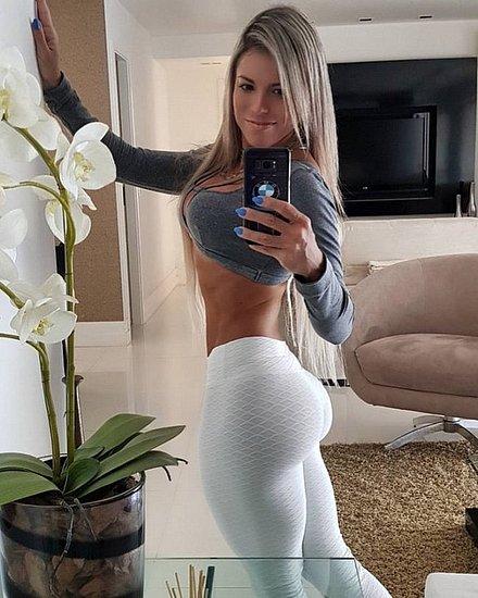 girls_in_yoga_pants_11.jpg