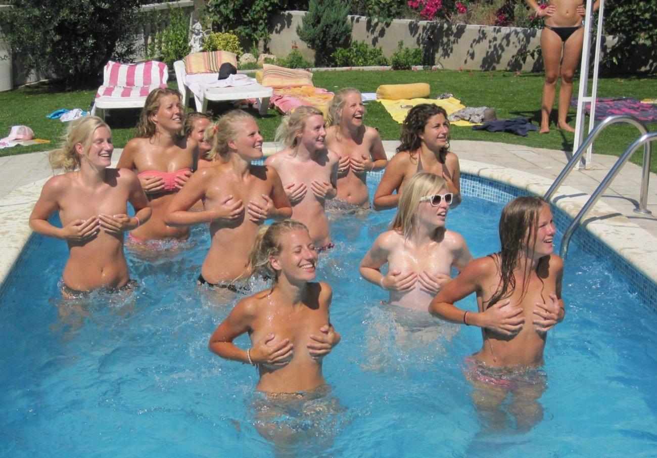 Фото голые девушки прикрываются руками 18 фотография