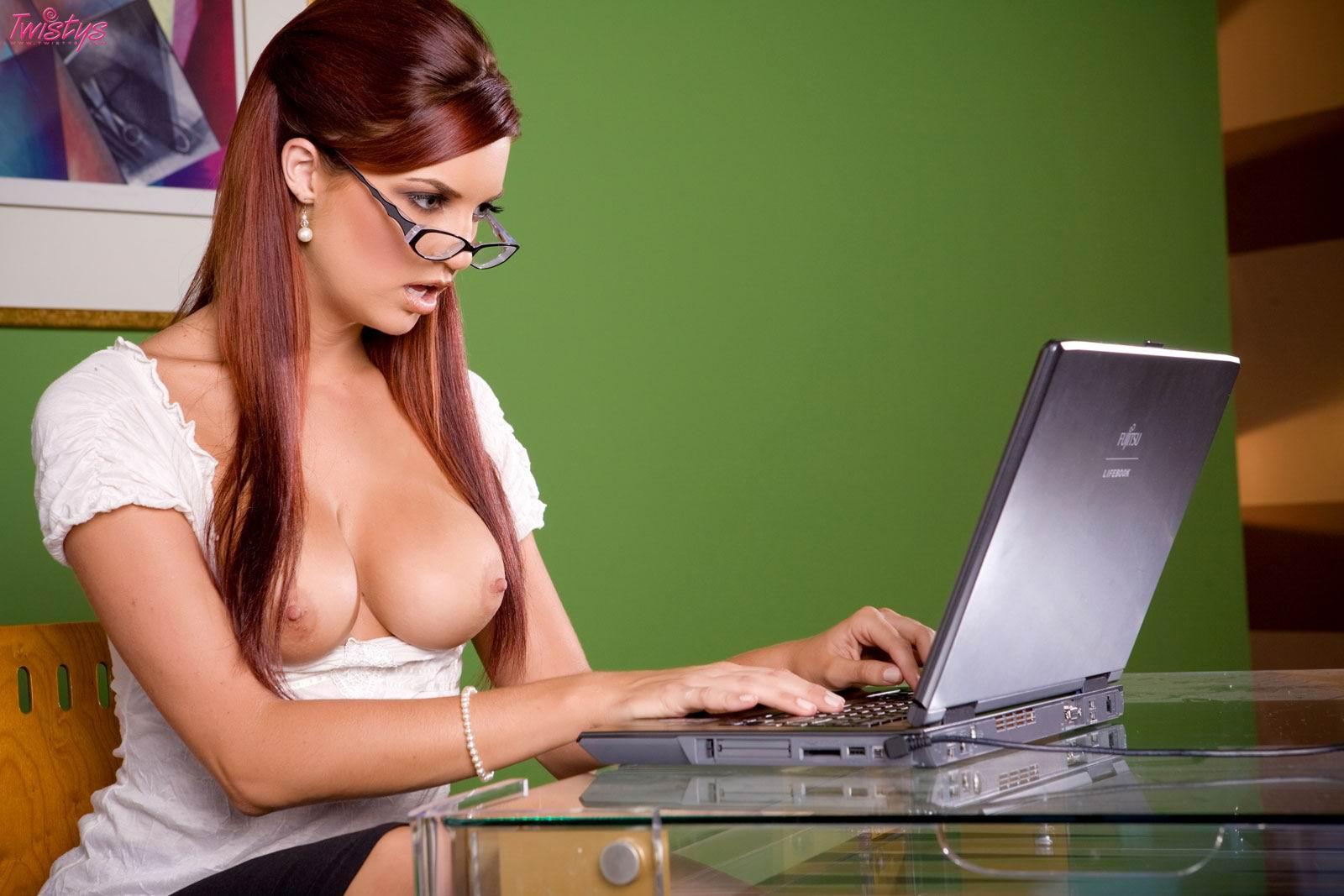 голые девушки на работе видео