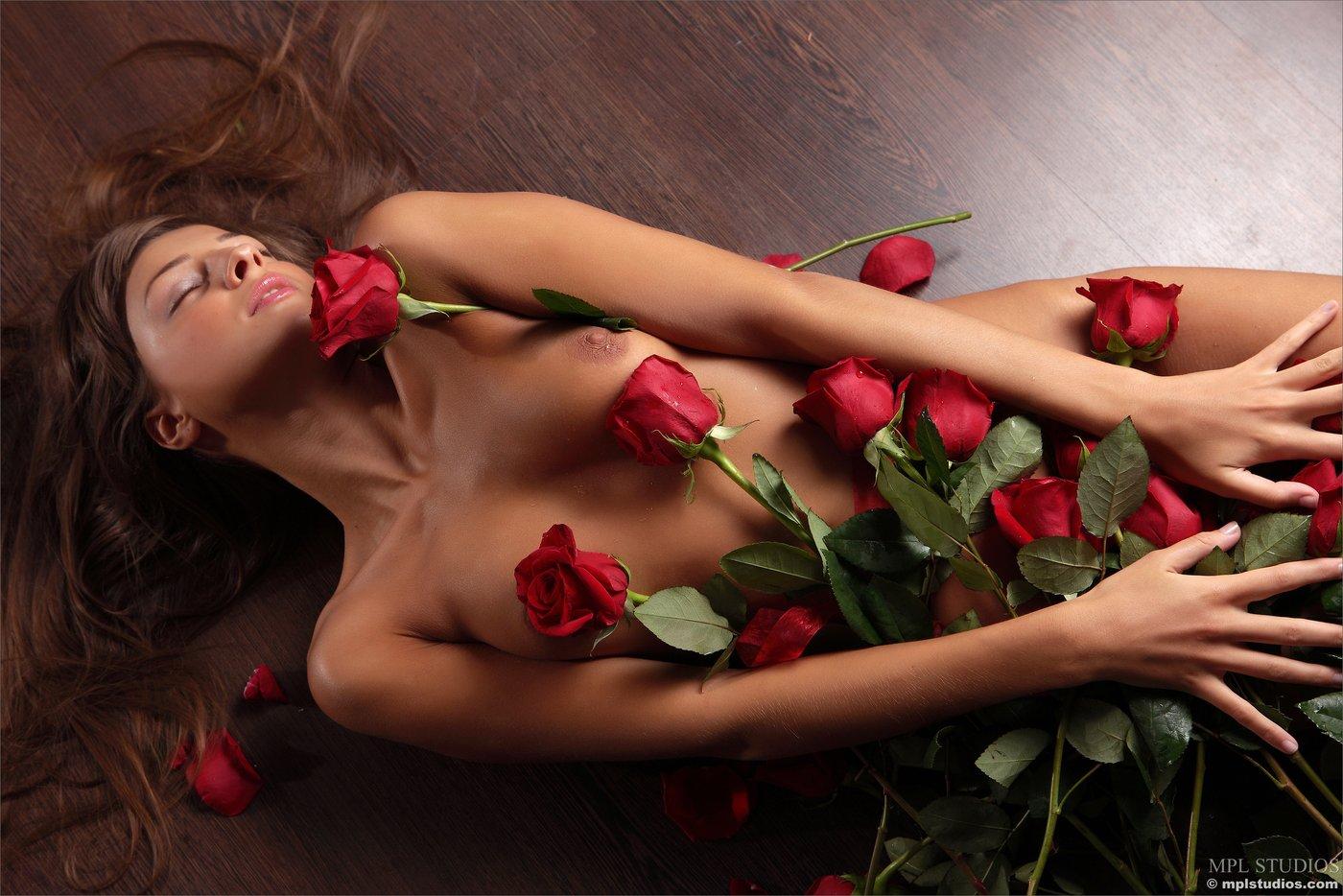 Девушка голая с цветами
